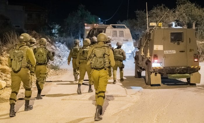 Israeli Arabs attempt to steal weapon from IDF soldier